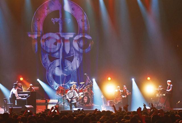 《TOTO:35周年アニヴァーサリー・ツアー ~ライヴ・イン・ポーランド》 場面写真2