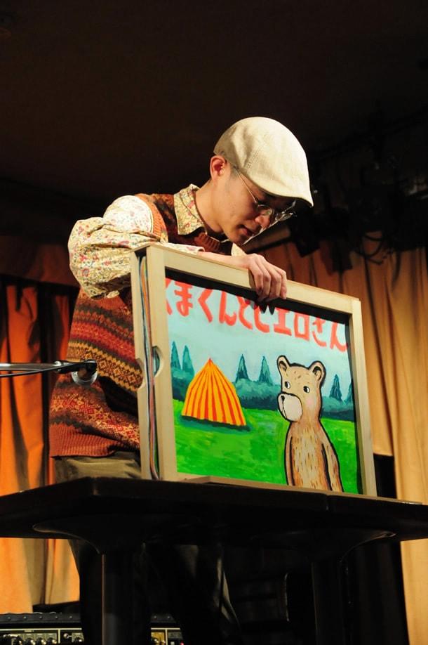 手製の紙芝居セットで挑んだ田中六大。