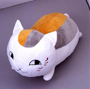 これがニャンコ先生の抱き枕。手触りも超ふわふわ、とのこと。