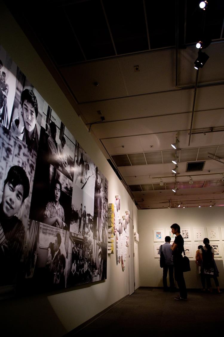 若き日の赤塚の写真も展示されている。
