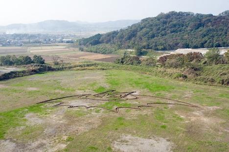 栃木県岩舟山中に出現した謎の地上絵は、果たして何を意味するのか。ちなみに「BILLY BAT」2巻は11月20日発売だ。
