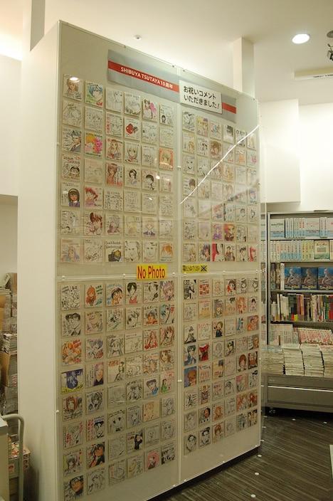 SHIBUYA TSUTAYAコミックフロアでの色紙展示風景。