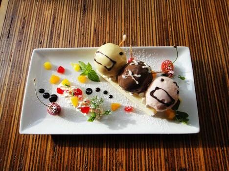 スティック状のベイクドチーズケーキの上に菌たちをイメージした3種のアイスクリームを乗せた菌パラダイス。左からL・ラクチス、A・アセチ、P・ペントサセウスをイメージ。700円。※A・アセチは抹茶アイスに変更予定