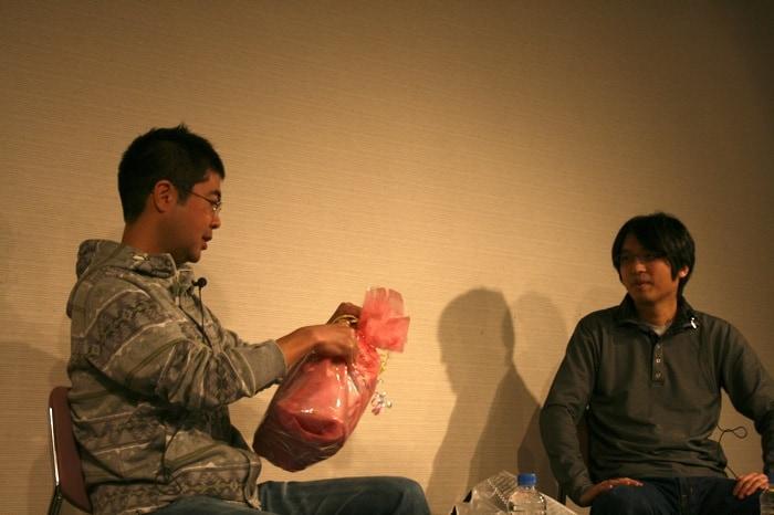 1歳の誕生日を迎えた吉田の長女へ、榎本からプレゼントが贈られた。