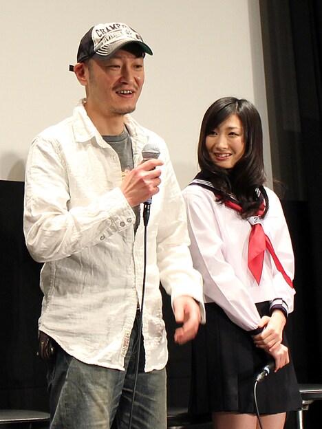桂正和(左)とアクション女優の武田梨奈。