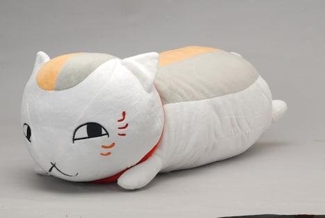 ニャンコ先生抱き枕。ふかふかの背中も完全再現されている。