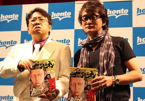 花山薫のコスプレで登場した天野ひろゆき(左)と板垣恵介(右)。