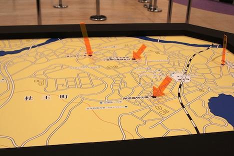会場に設置されている「ジョジョの奇妙な杜王町MAP」。マップにiPhoneやiPadをかざすと、かざす場所ごとに異なるショートムービーを見ることができる。