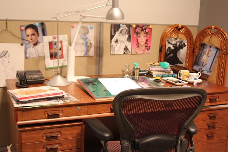 荒木飛呂彦の仕事机も再現された。机の上には露伴が描かれた原稿が置かれている。