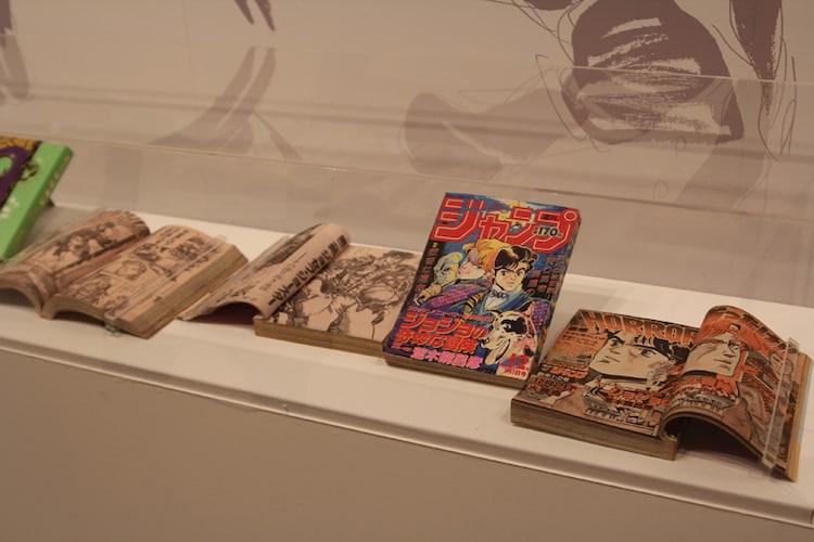 荒木飛呂彦の年表とともに、関連資料も展示されている。