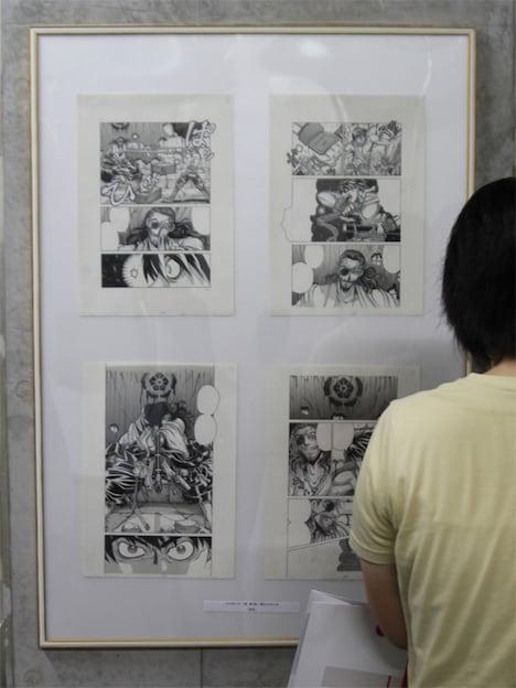 原画展の風景。1パネルに4枚のマンガ原稿を入れ、ストーリーの流れを追いながら原画が見られる仕組みになっていた。