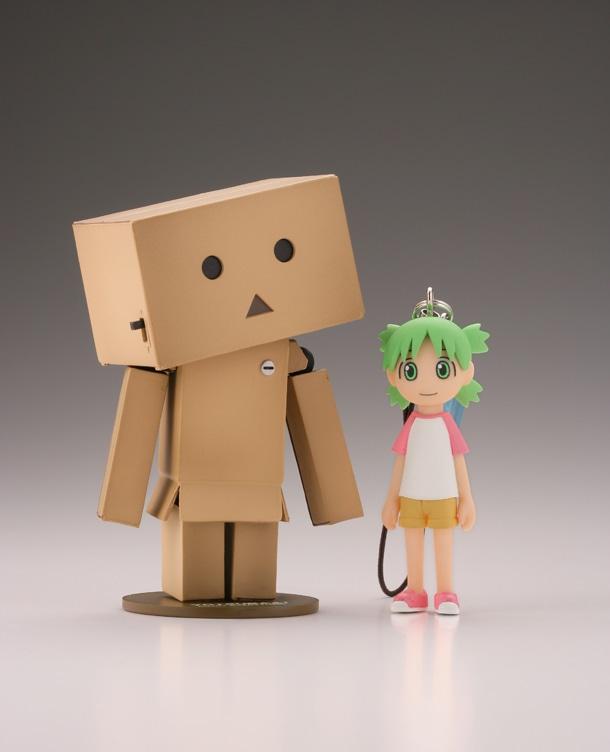 「リボルテックダンボー・ミニ」と、「よつばストラップマスコット」の「Tシャツ」。(C)KIYOHIKO AZUMA/YOTUBA SUTAZIO