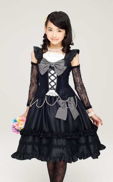 ワンピースドレスをモデルが着用した様子。※ヘアアクセ、ネックレス、ブレスレットはつきません ※モデルは別売りのパニエを着用しています