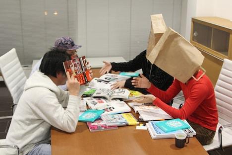写真左の奥がGraphersRock、手前がマッハ55号。右の紙袋をかぶった2人が2 ANIMEny DJsだ。開発会議の模様は、特集ページでチェック。