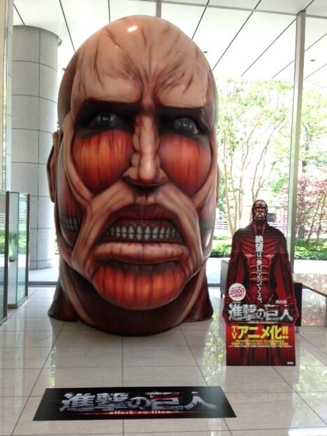 6月に講談社本社にて公開された、超大型巨人のバルーン。