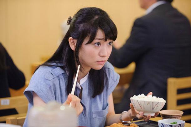 手塚治虫のもとにタイムスリップするドラマオリジナルのキャラクター・小田町咲良を演じるAKB48の大島優子。