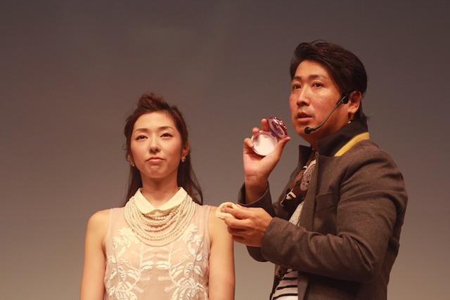 ヘアメイクアップアーティストの山田信之介によるメイクショー。