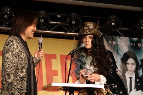 タロットカード占いを披露する栗原類(右)と松橋プロデューサー(左)。