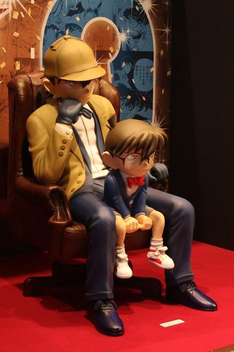 「コナン展」にて展示される、新一とコナンの実物大フィギュア。