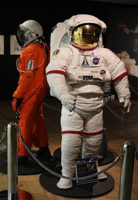 宇宙服などJAXAの関連資料も展示されている。
