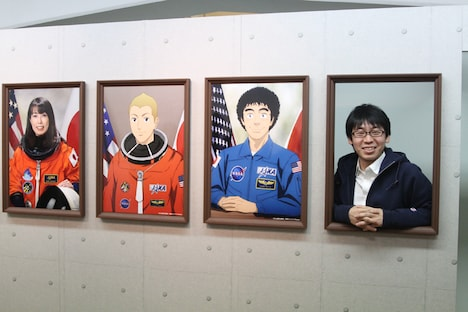 日々人や六太と並んで日本人宇宙飛行士気分を味わえるフォトスポットにて、撮影に応じる小山宙哉。