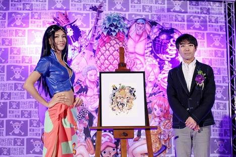 会見に登壇した瓶子吉久氏(右)と、モデルの詹乃蓁(ジャネット・ジェン)。