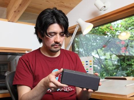 小さくても迫力あるサウンドが出る「SRS-X3」を興味深げに見つめるうすた京介。