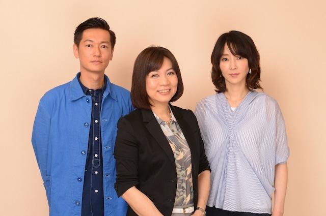 写真左から主役を演じる井浦新、原作者の柴門ふみ、ヒロイン役の稲森いずみ。(c)TBS