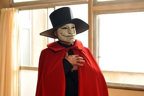 ドラマ「地獄先生ぬ~べ~」より。怪人赤マント役を演じる明石家さんま。