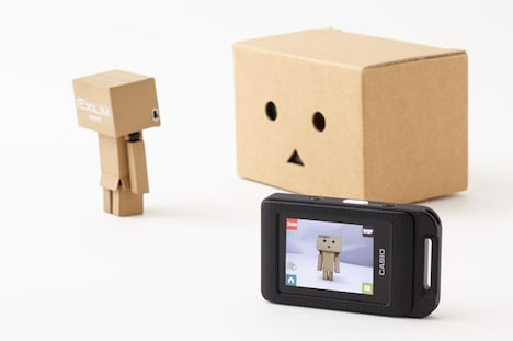 「EX-FR10 ダンボー ver.」でダンボーケースにカメラを入れ、液晶画面を分離させて撮影した様子。(c)KIYOHIKO AZUMA/YOTUBA SUTAZIO