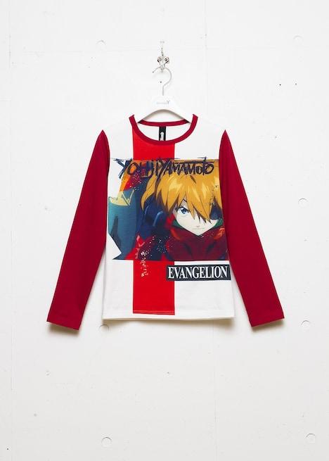 「『アスカ』プリントTシャツ」の価格は2万520円。写真はレディースの赤。(c)カラー