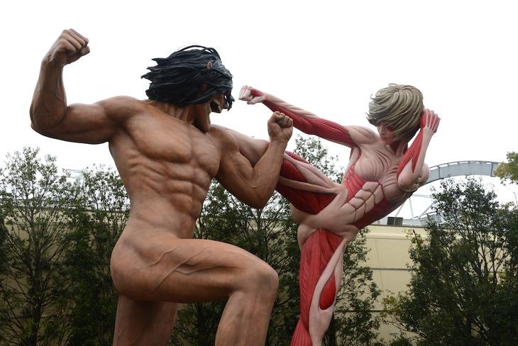 等身大で再現された巨人エレンと、女型の巨人。