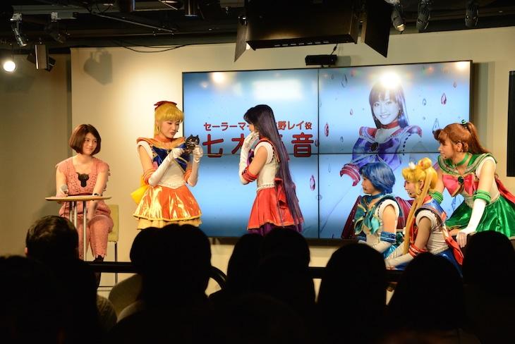 七木(左から3人目)への手紙を読み上げる坂田(左から2人目)。