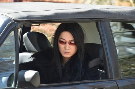 那智聡介に扮した綾野剛。(c)TBS