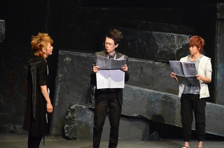 舞台版「魔王 JUVENILE REMIX」公開稽古の様子。(左から)佐野大樹演じる蝉、細見大輔演じる岩西、池岡亮介演じる安藤潤也。蝉の特徴的なウサ耳フードも再現された。