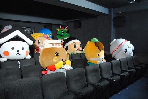 「新劇場版『頭文字D』Legend2 -闘走-」を鑑賞するゆるキャラたち。