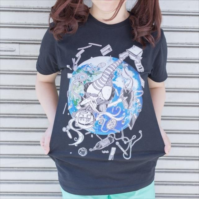 派手な看護婦がイラストを手がけたパンチラTシャツ。