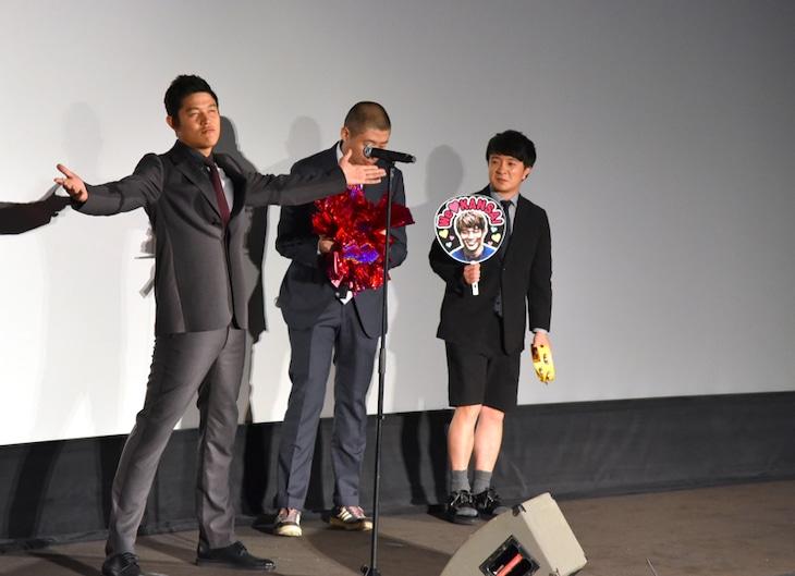 「予告犯/Kのテーマ」を歌唱する鈴木亮平。