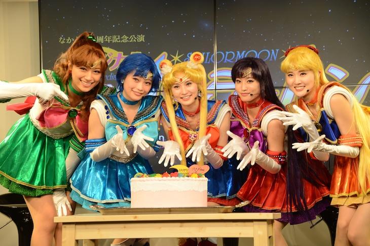 サプライズで登場した誕生日ケーキを前に微笑むセーラー戦士たち。