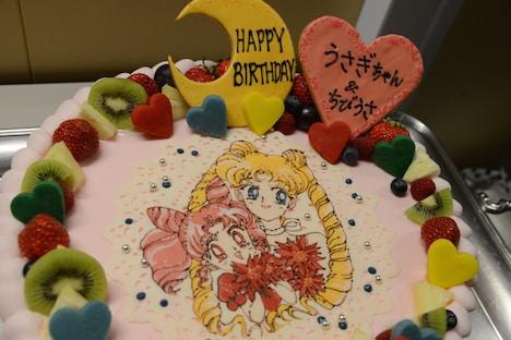 うさぎとちびうさを祝う誕生日ケーキ。
