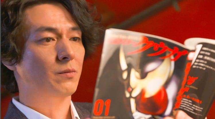 インタビュー動画より、マンガ「仮面ライダークウガ」1巻を読む葛山信吾。