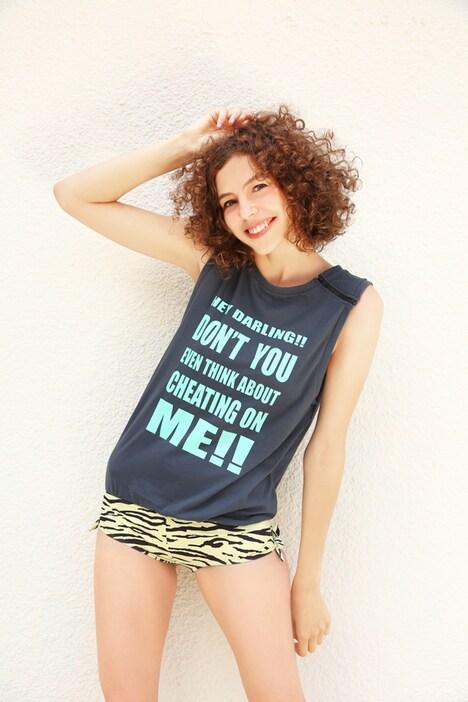 「うる星やつら×atmos×GUACAMOLE Tシャツオールインワン スイム」の黒をモデルが着用した様子。(c)高橋留美子/小学館