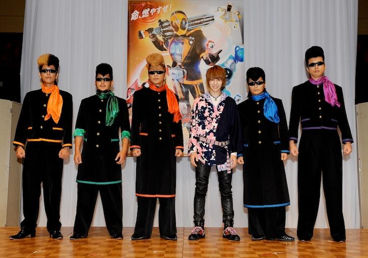 昨日8月18日に行われた制作発表会見の様子。主題歌を担当する氣志團と西銘駿。(c)2015 石森プロ・テレビ朝日・ADK・東映