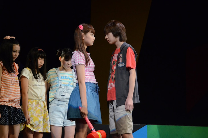 舞台「こどものおもちゃ」公開稽古より、対峙する紗南と羽山。
