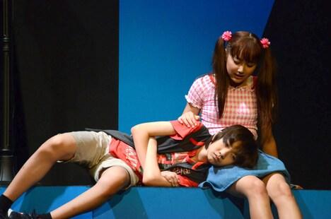 舞台「こどものおもちゃ」公開稽古より、紗南が羽山に膝枕するシーン。