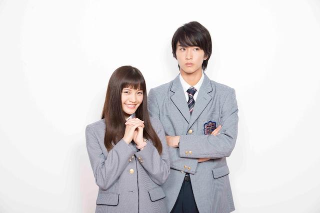 相原琴子役を演じる美沙玲奈(左)と入江直樹役を演じる佐藤寛太。