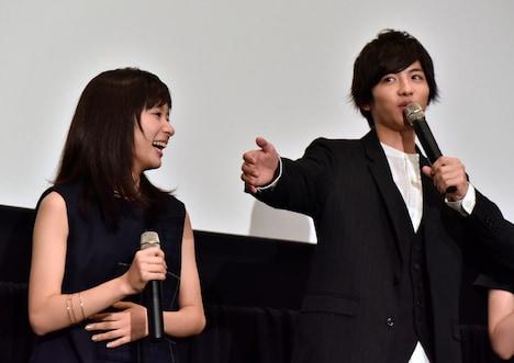 写真左から芳根京子、志尊淳。