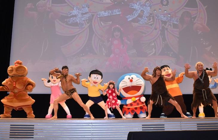 「ウンタカダンス」を踊る小島よしお、エヴァちゃん、棚橋弘至、真壁刀義とドラえもんたち。