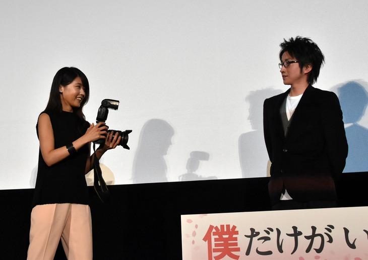 カメラマンに挑戦する有村架純(左)と、それを見守る藤原竜也。