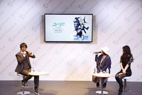 「ユーリ!!! on ICE」製作発表会の様子。(左から)司会者、久保ミツロウ、山本沙代。